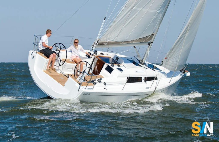 Hanse 315, a differenza del modello precedente ha due ruote del timone