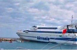 Un traghetto della Tirrenia è finito a scogli alle Tremiti