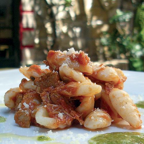 Cassulli con ragù di tonno, salsa al basilico e pecorino
